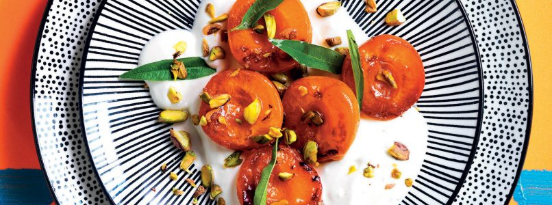 Apricots with honey, sour cream and pistachios recipe