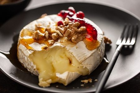 Baked cheese with honey