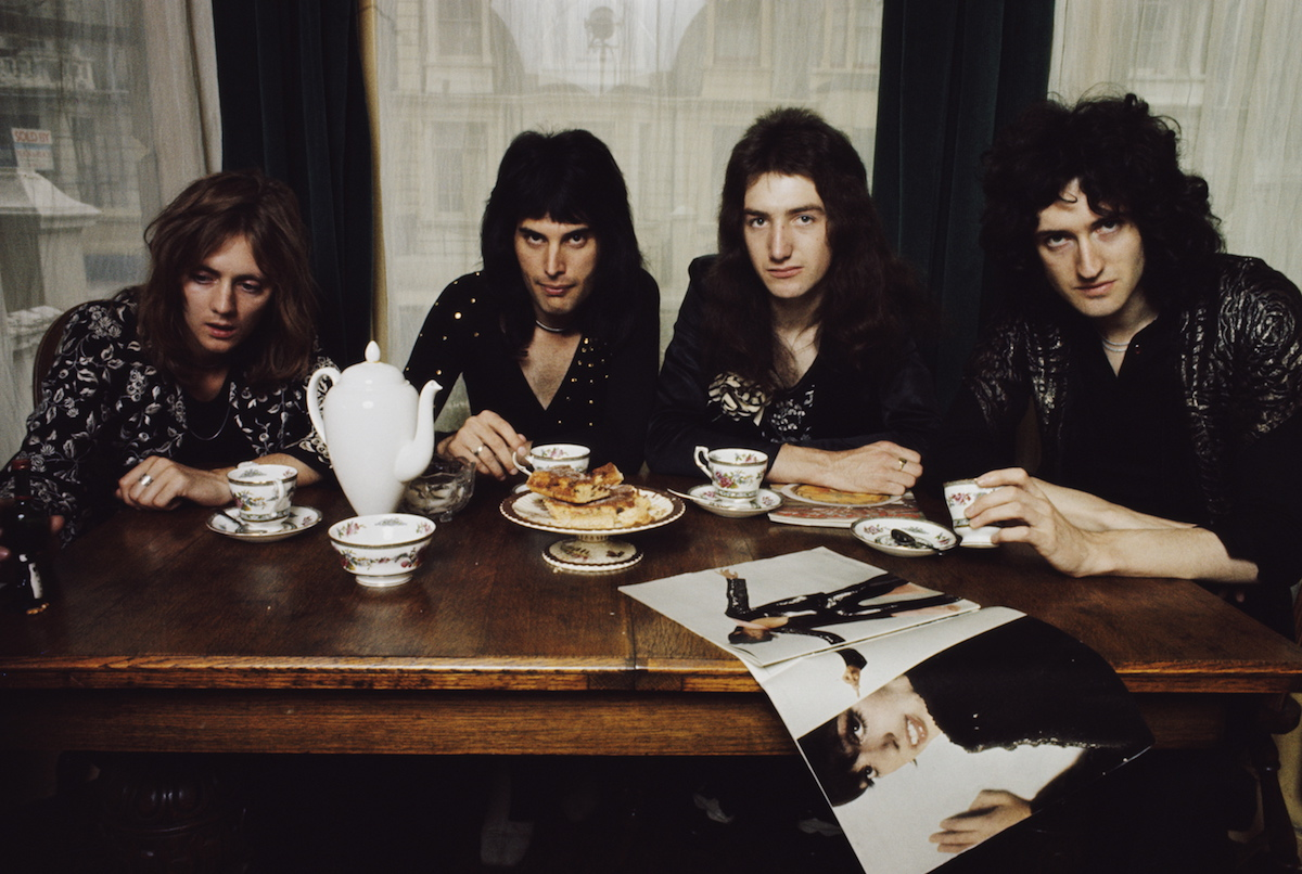 London, 1st January. The Queen at the dining table in Freddie Mercury's apartment, Holland Road, West Kensington, London in early 1974. From left to right: Roger Taylor, Freddie Mercury (1946-1991), John Deacon and Brian May (Photo Mark and Colleen Hayward / Redferns).