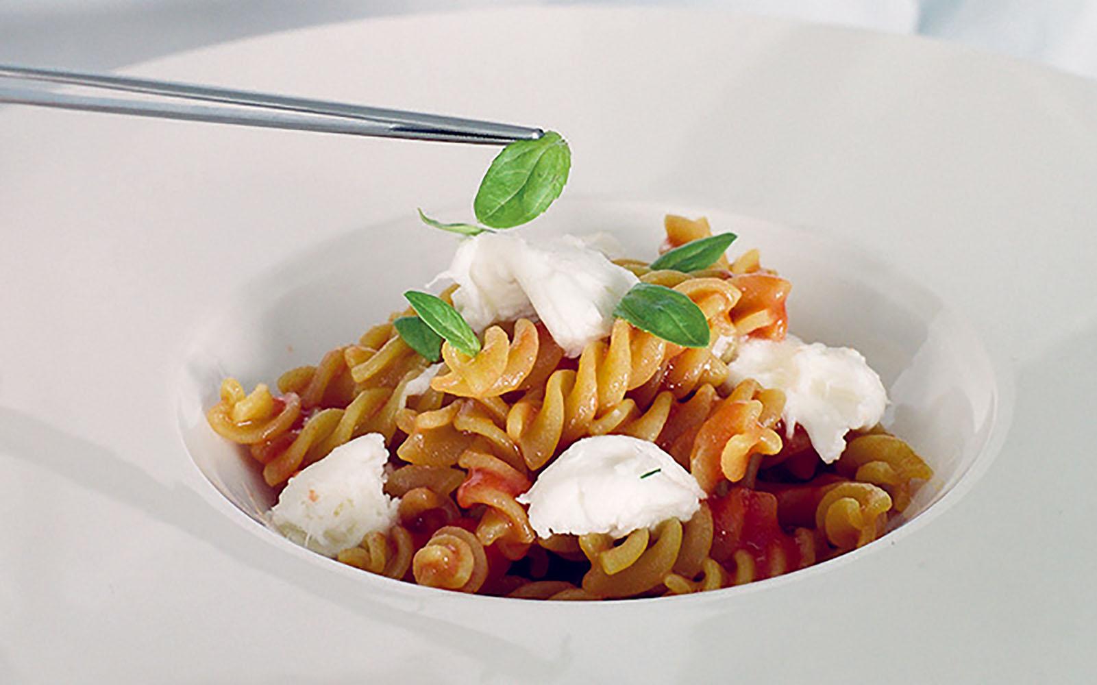 Fusilli recipe with tomato, mozzarella, garlic and basil