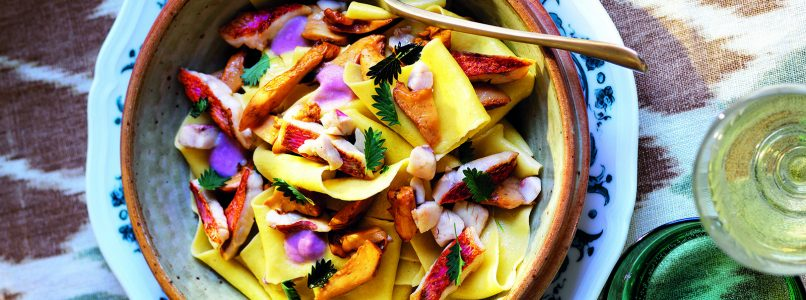 Pappardelle recipe with onion cream, chanterelles and mullets