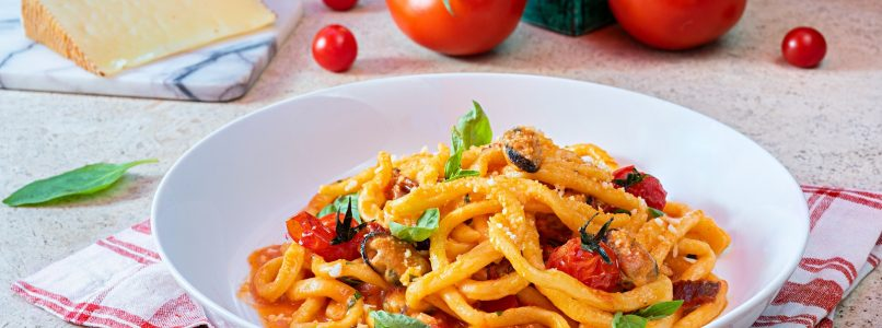 Pasta with fresh tomatoes is a simple but very tasty dish, which is prepared in no time.