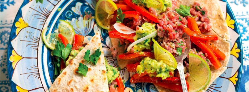 Piadina recipe with beef tartar, peppers and avocado