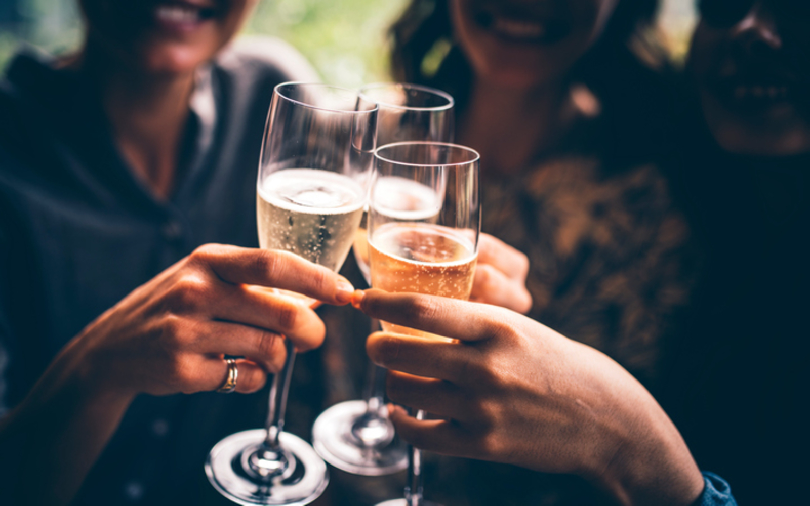 Potato chips and prosecco: the priest who takes the faithful by the throat