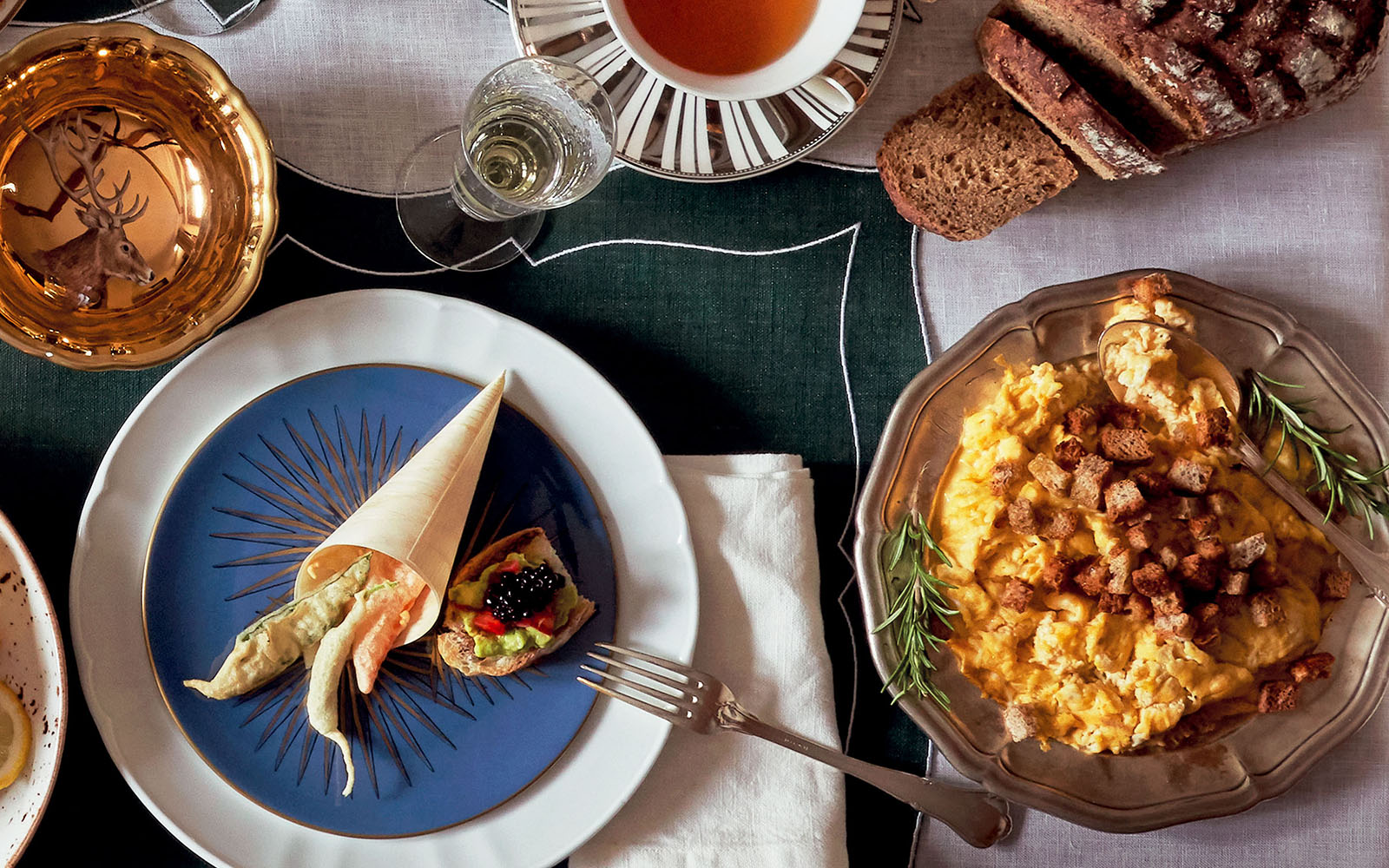 Recipe Scrambled eggs and black bread