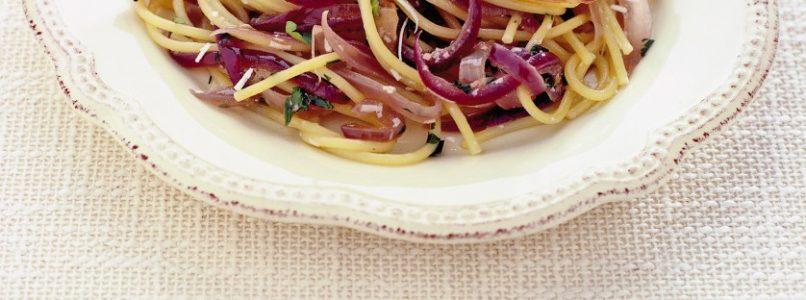 Spaghetti with red onion and salted anchovies