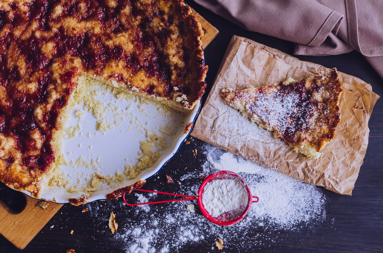 Tart with amaretti biscuits with custard