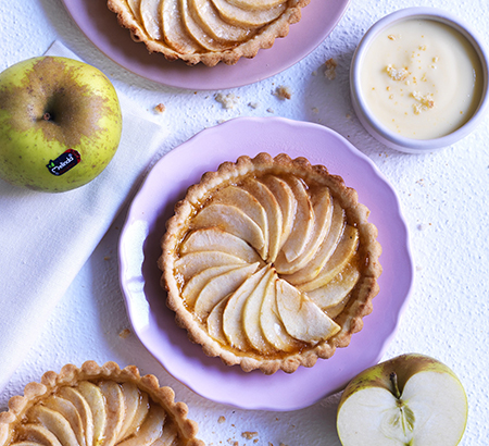 Tartlets with rennet apples and macaroons